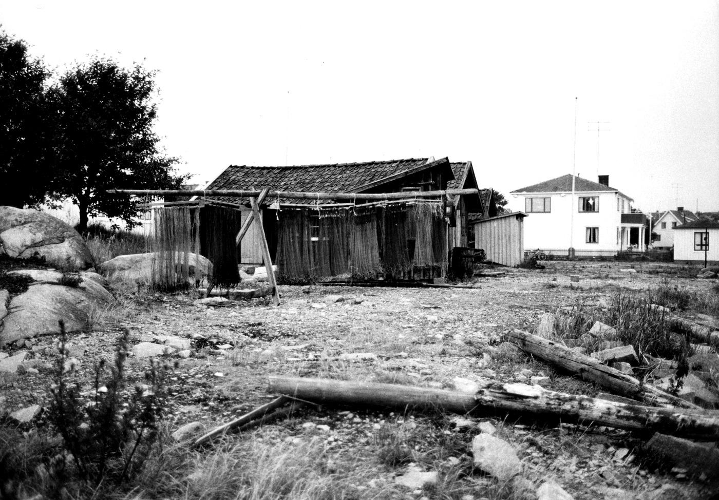 Fotoa Claes Funck 1968. Nät på tork och bodar vid nuvarande minigolfbanan.