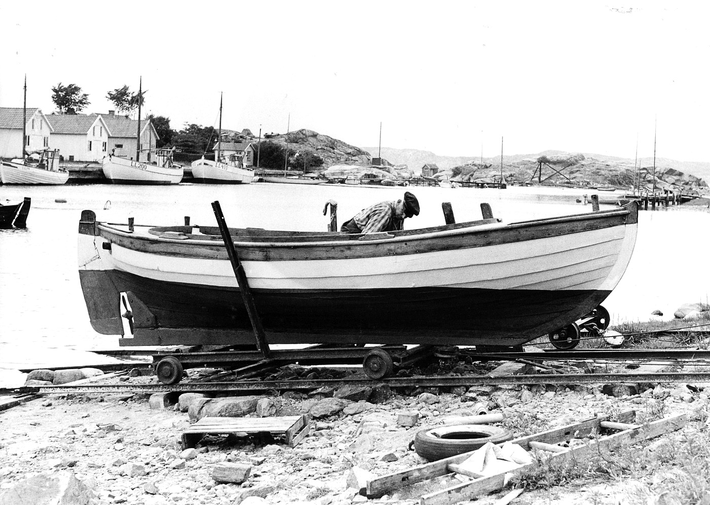 Foto Claes Funck 1963. Fiskehamn, båt på slip, Kalven.