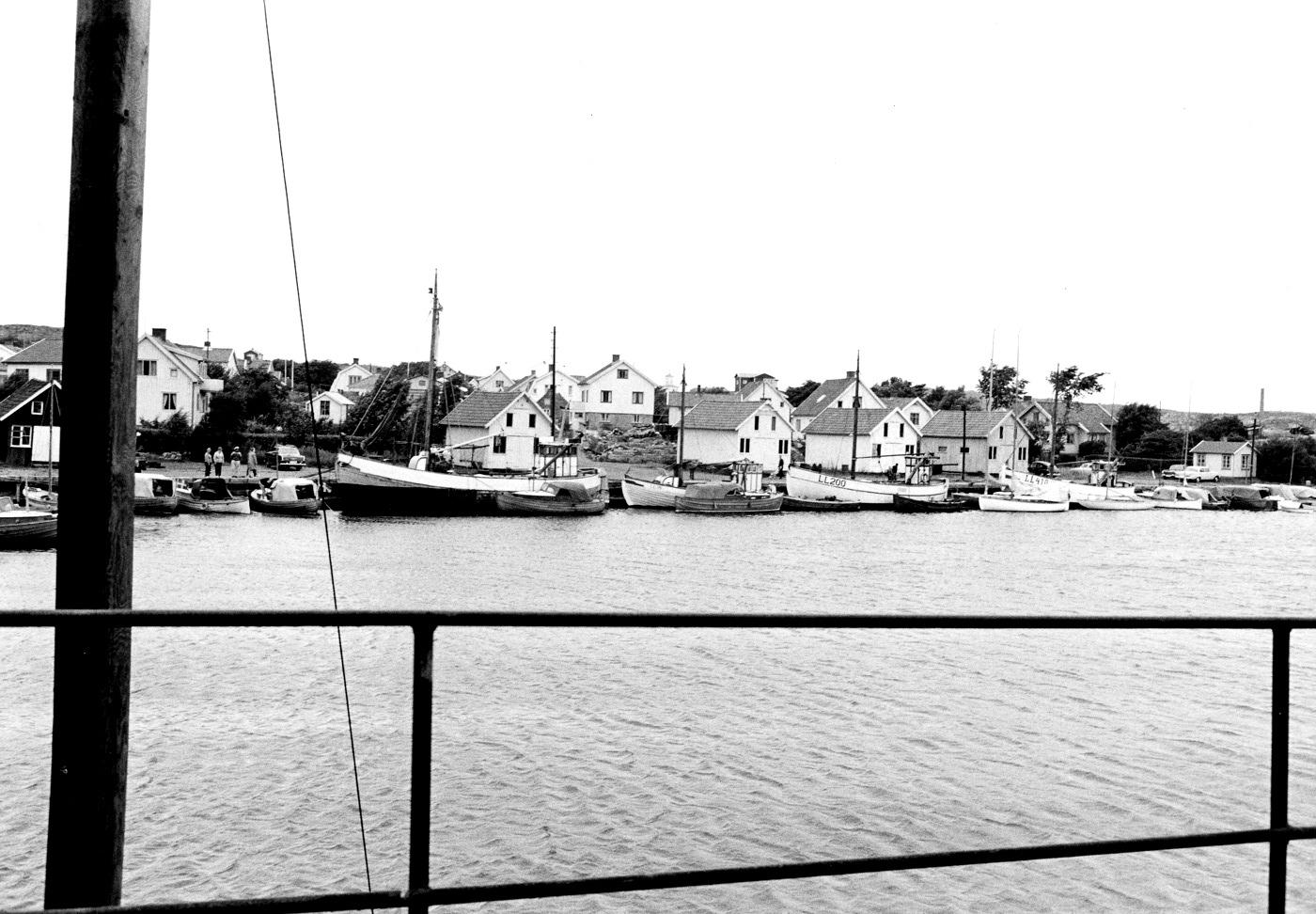 Foto Claes Funck 1963. Fiskebåter vid fiskehamn.