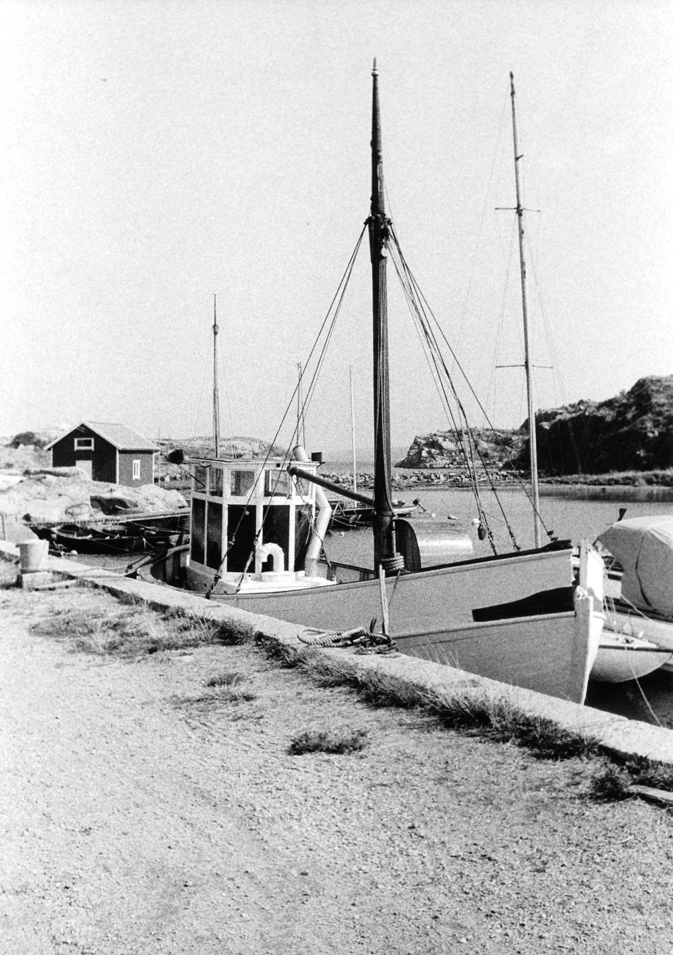 Foto Claes Funck 1963. Fiskebåt i hamn, f.d. trålare, numera fristidsbåt, Russvik.