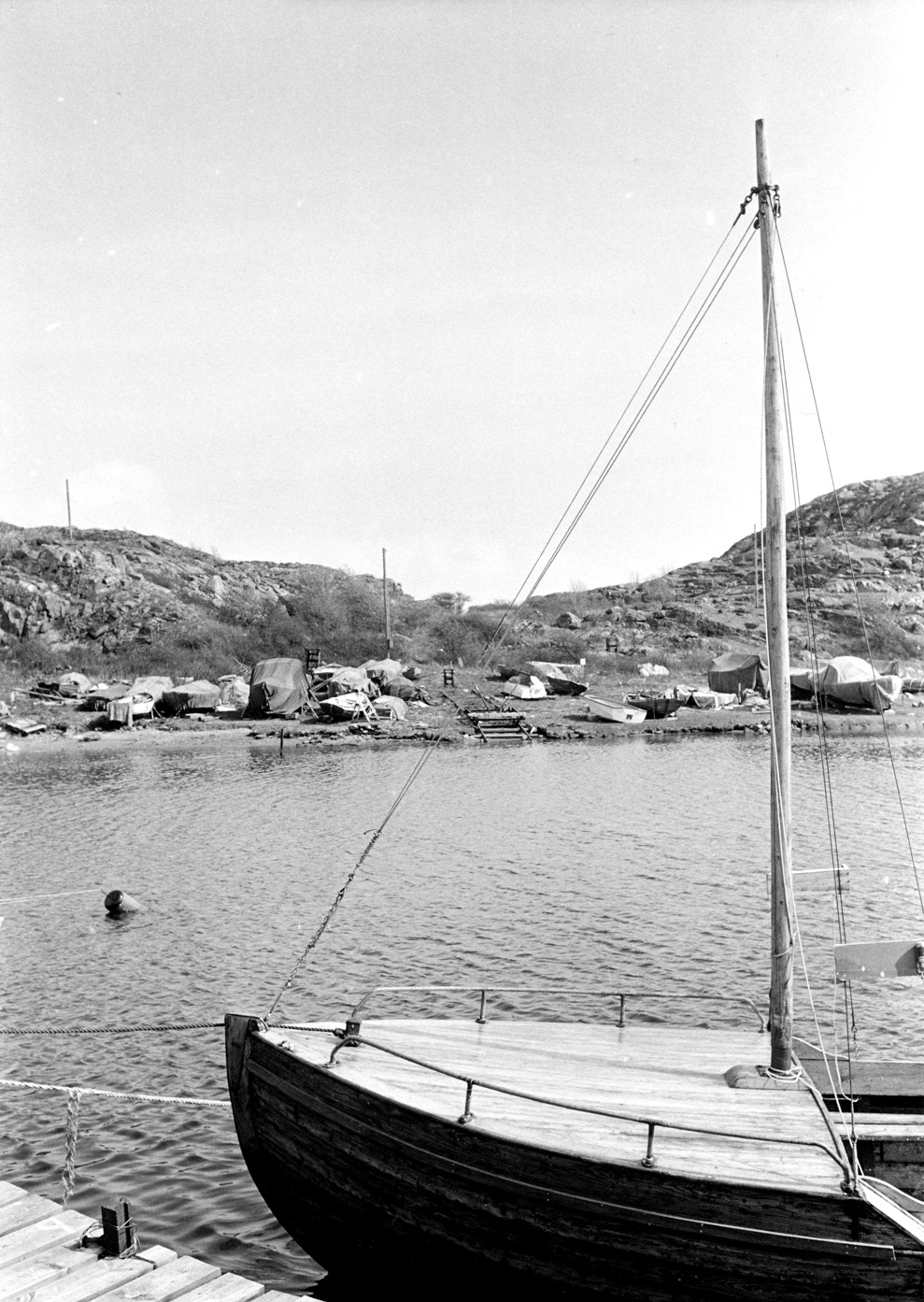 Foto Claes Funck 1968. Upplagda båtar för småfiske på Kalven. Norsk snipa, Trion H Henriksson.