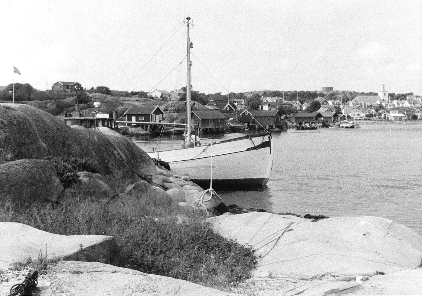 Foto Claes Funck 1964. Fiskebåt från Russvik med kyrkan i bakgrunden.