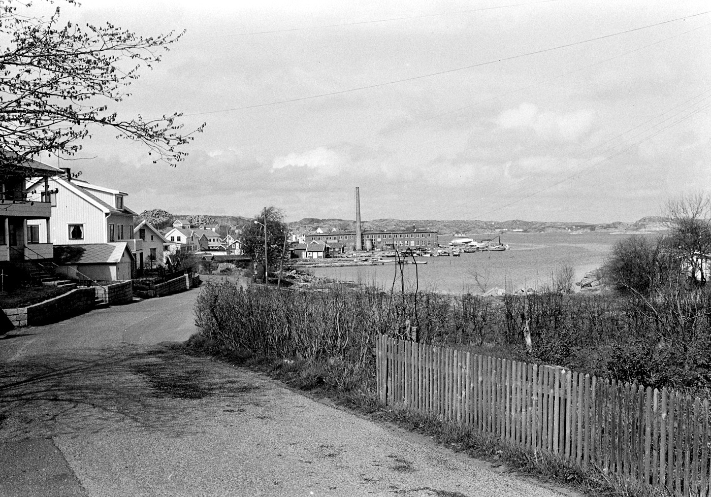Foto Claes Funck 1968. Vy från Strandvägen-Rompesand mot fabrik.