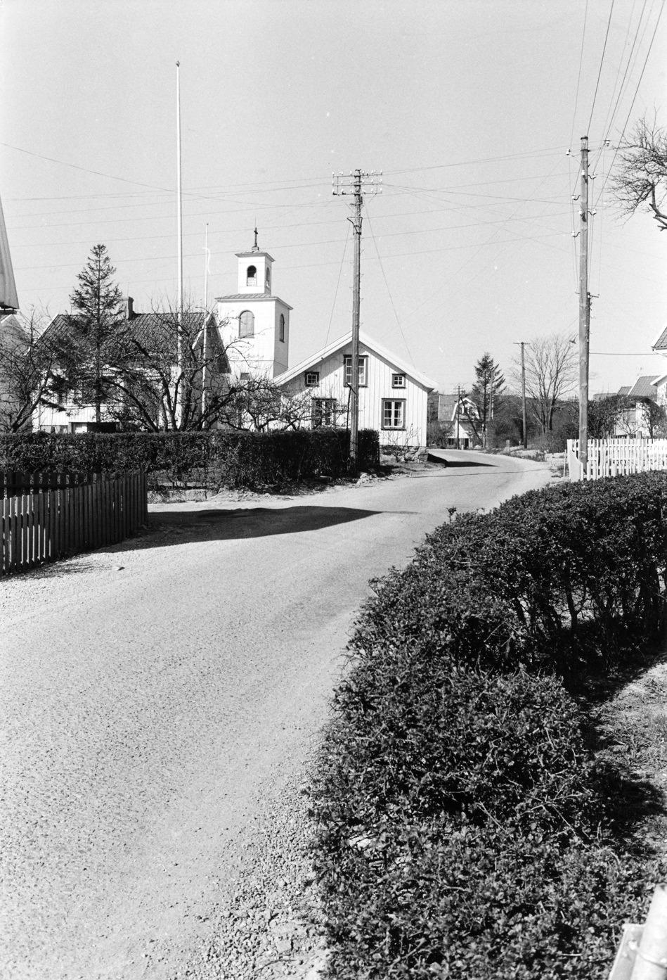Foto Claes Funck 1960-tal. Kyrkan från Bäckgatan. Observera alla starkströmsledningar i stolpar.