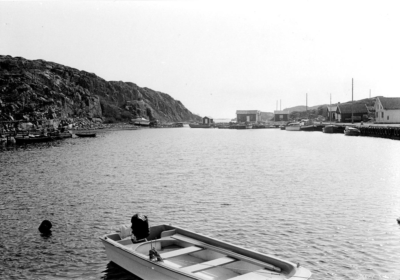 Foto Claes Funck 1968. Bron till Kalven och hamn. Ingen sprängning på Kalvön har ännu ägt rum - ingen bilbro, inga sjöbodar och inget reningsverk.