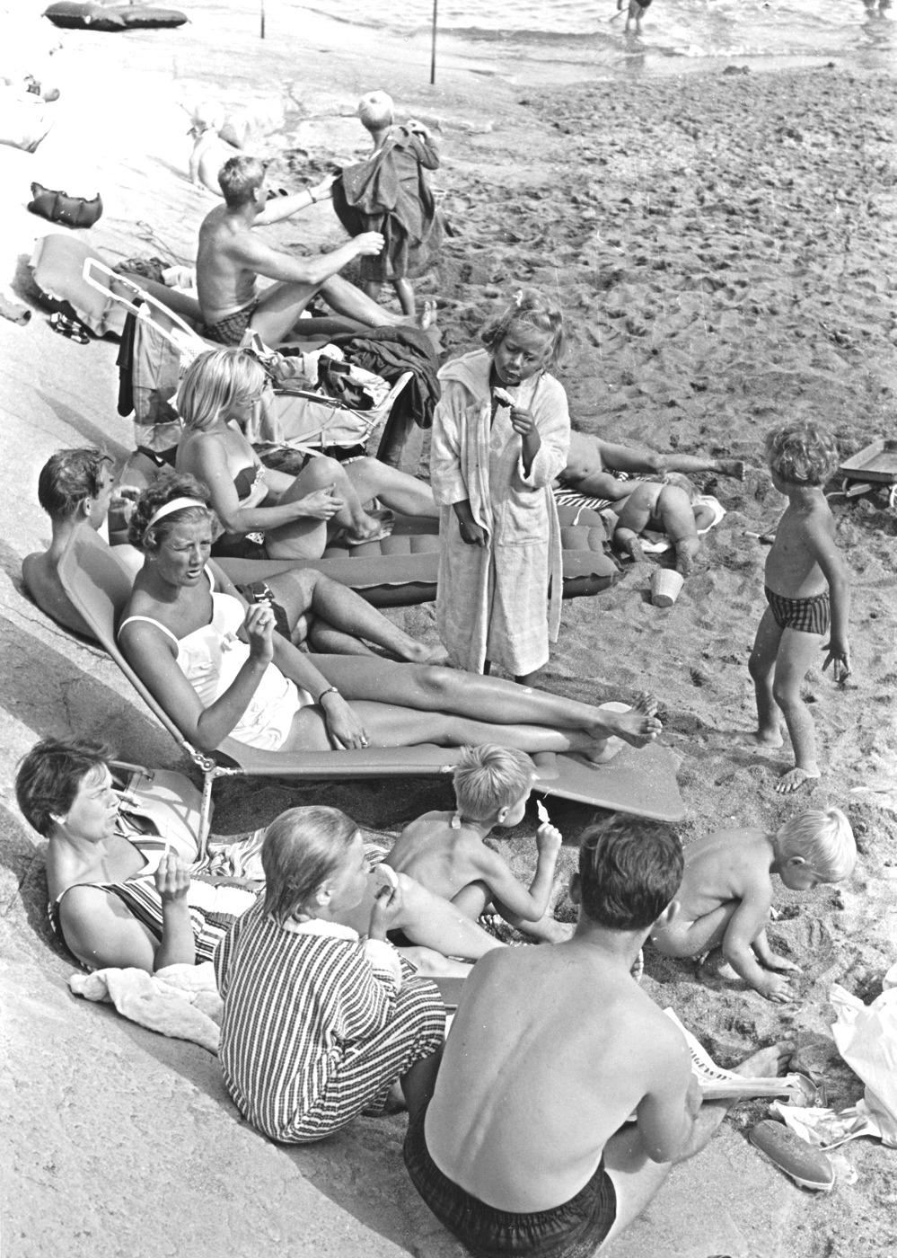 Foto Claes Funck. Solbad och glass Kattesand 1963.