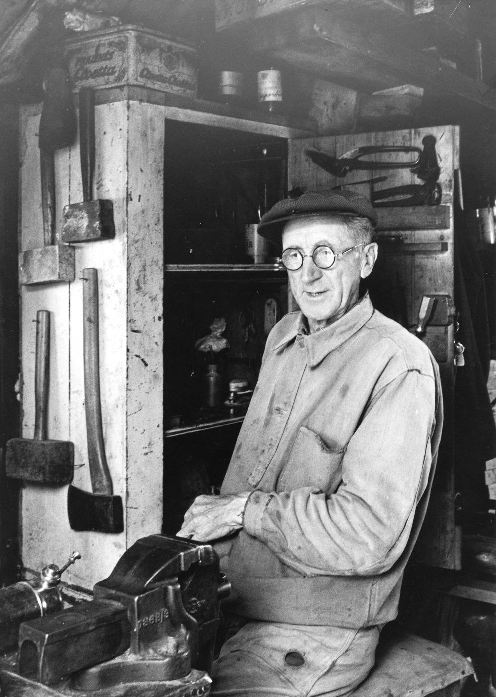 Foto Claes Funck. Amundus Karlsson i verkstaden 1963