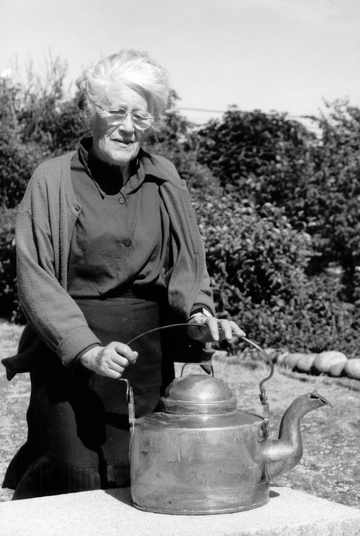 01 Gertrud Hållén med stora kaffekitteln 1994 (SL)