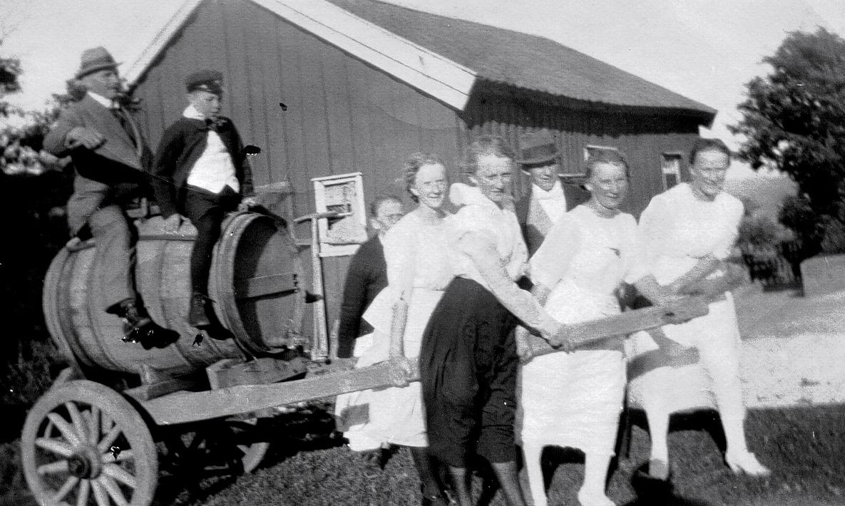 Johan Carlqvist - ? - Edith Roos, Elsa Roos, ?, Dahlia Roos, Thorborg Roos.