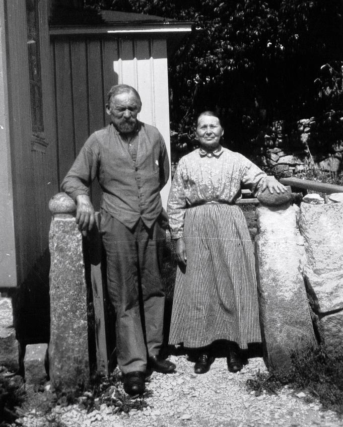 23 Patrik och Albertina vid grinden ca 1920 (GH)