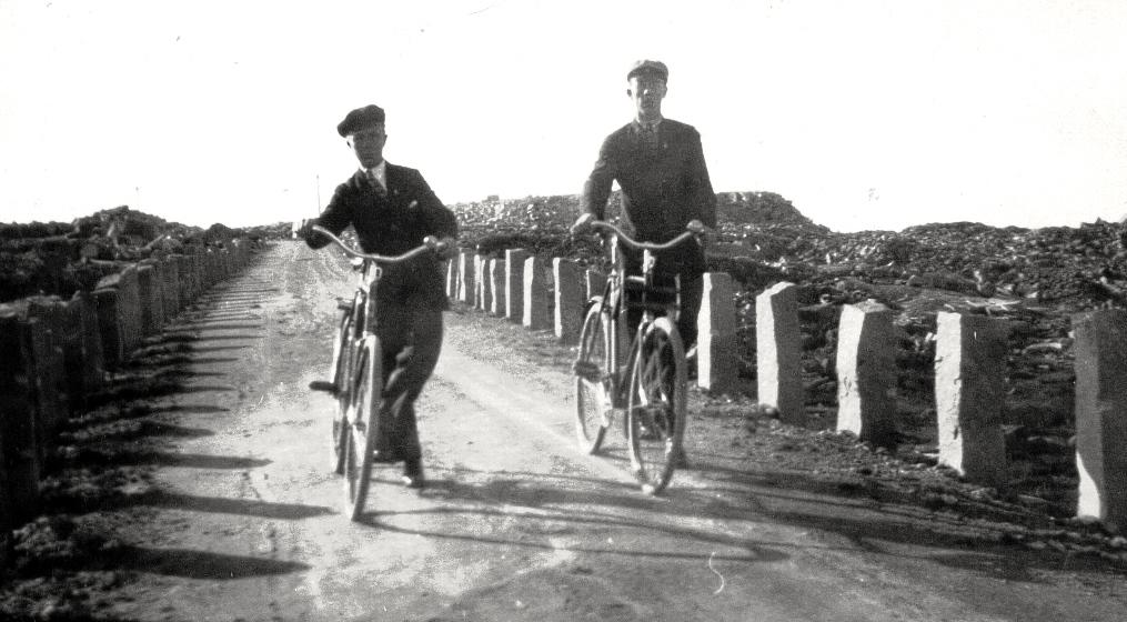 24 Tor och Per Hållén ca 1924. Vägen byggdes 1918 och asfalte