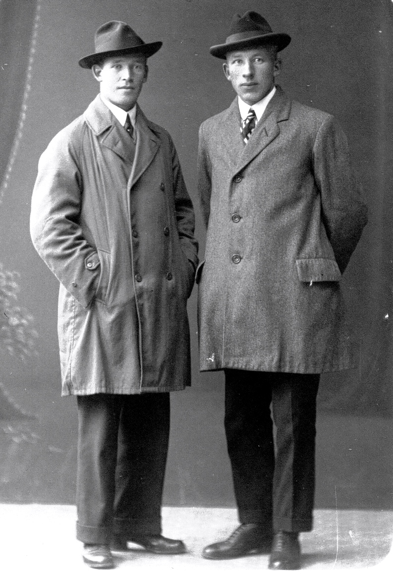 32  Frídolf Eliasson - Gunnar Carlsson omkr 1920 hos fotograf