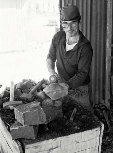 Tillverkning av gatsten i svart granit. Märk den portugisiska handsläggan. Ulf Andersson 1977