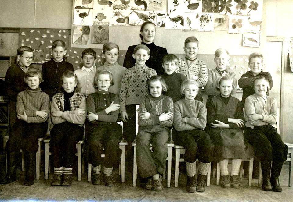 Inlägg från Carina Sköld Petersson - Skolklass på Malmön på 1950-talet. Min pappa Karl-Axel Sköld syns på översta raden längst till höger. med Irmelin Larsson och Karl-Axel Sköld.