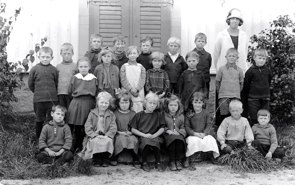 Från Gösta Sigsfors - Gammalt skolkort från 1928-30 tror jag - känns någon igen - jag känner min mor och Svea !